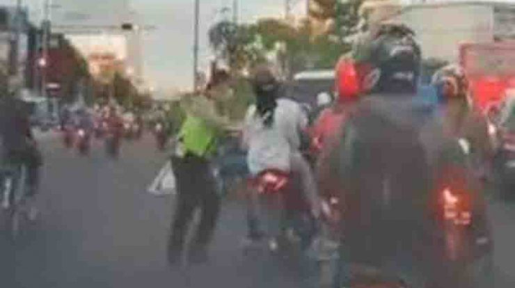 Viral Polisi Dorong Pengendara Motor Hingga Jatuh, Ini Faktanya!